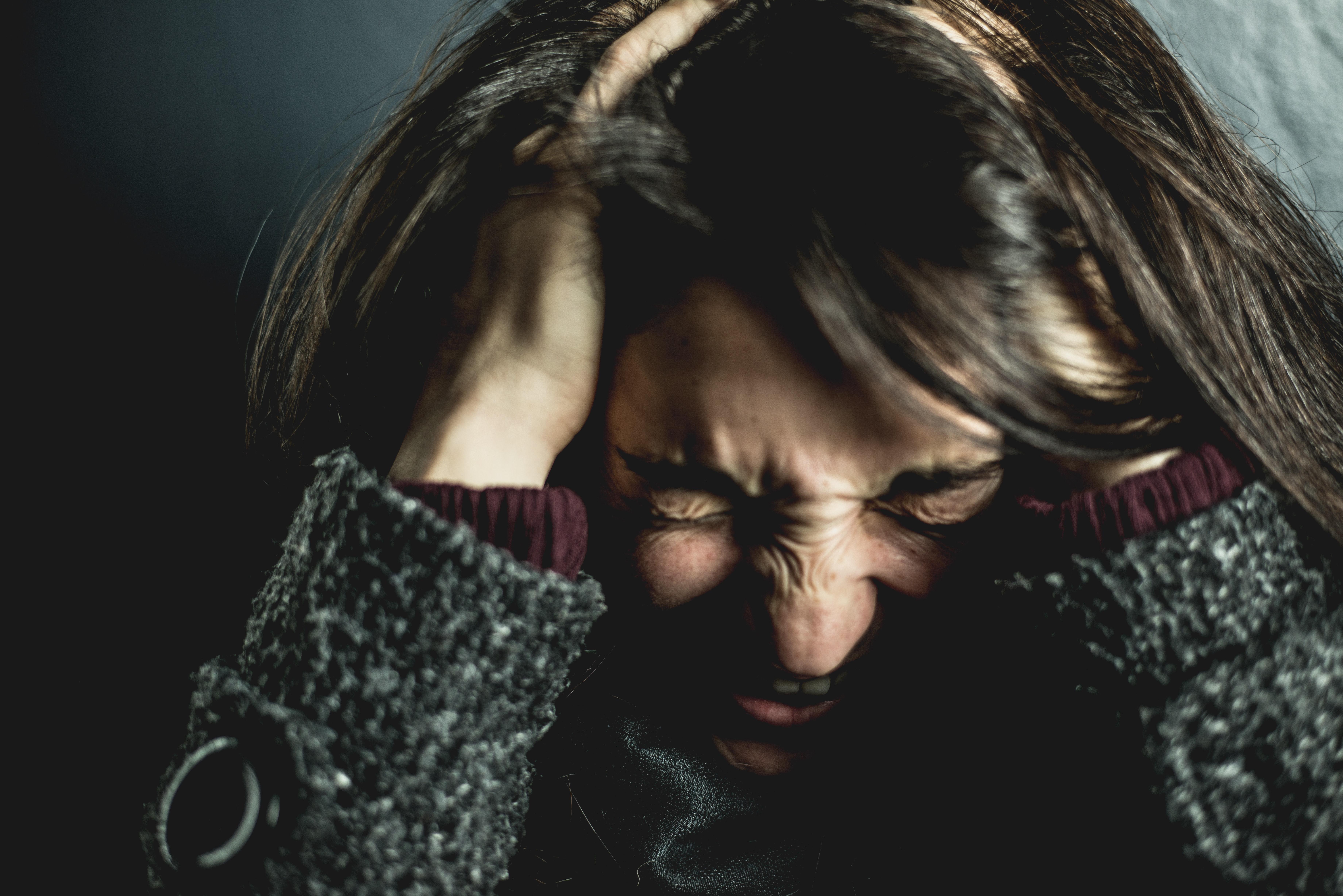 Femme-qui-pleure-en-se-prenant-la-tête