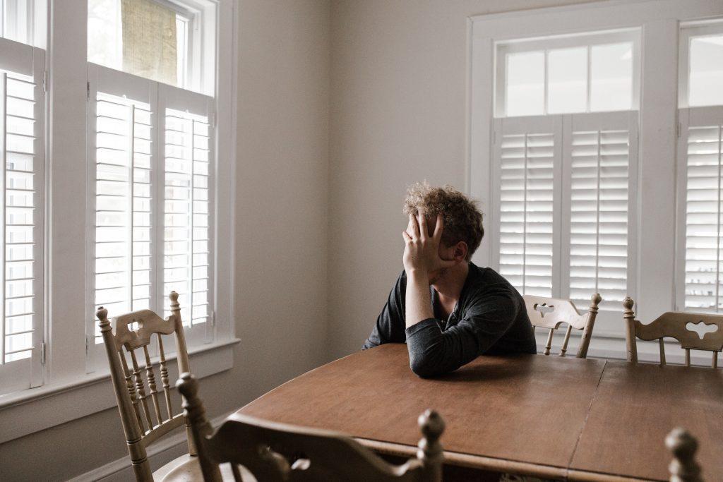 Homme-seul-dans-son-salon